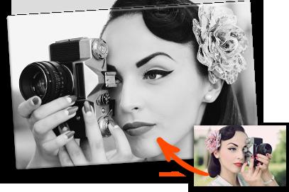 Foto in bianco e nero piccola_esempio donna con fotocamera