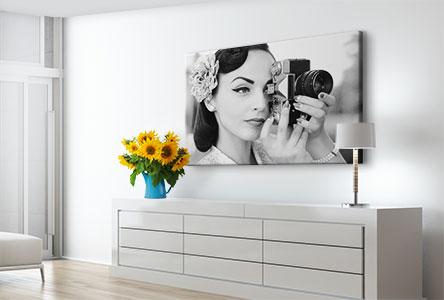 Soggiorno tela_esempio donna con fotocamera bianco e nero