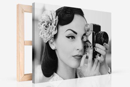 Tela in prospettiva_esempio donna con fotocamera bianco e nero